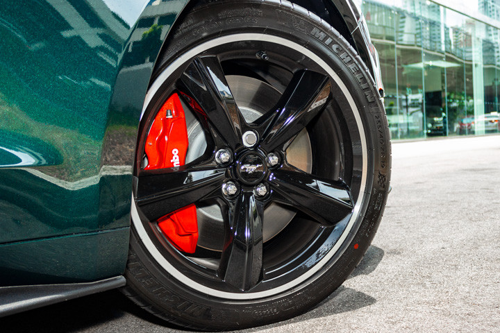 Feature Spotlight: 19-inch high gloss black 5-spoke alloy wheel