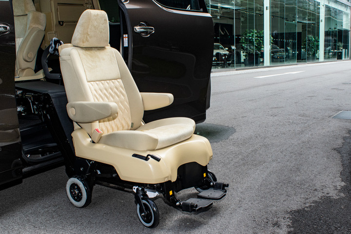 Feature Spotlight: Detachable wheelchair on pivoting and extendable arm.