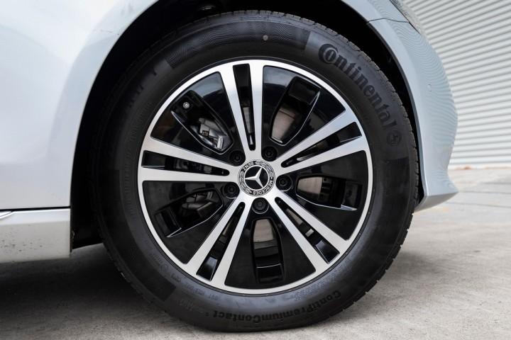 """Feature Spotlight: 17"""" alloy wheels – 5-spoke design"""