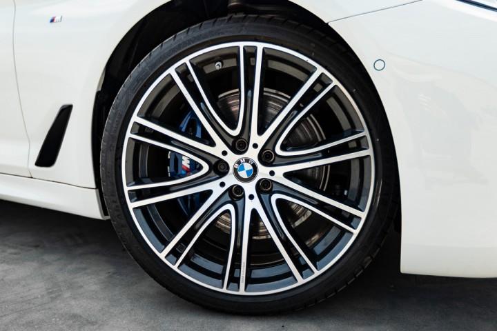 "Feature Spotlight: 20"" Bicolour V-spoke style alloy wheels"
