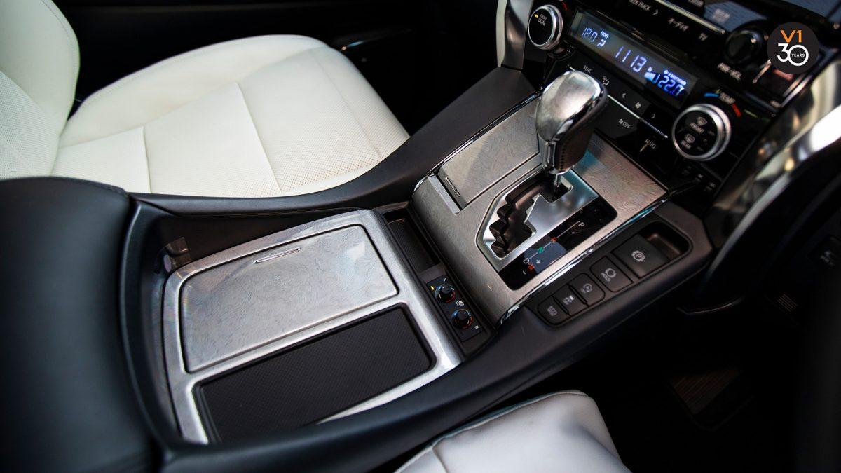 Toyota Alphard 3.5 Executive Lounge - Center Console
