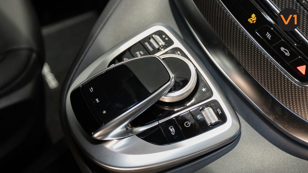 Mercedes-Benz V300D Extra Long AMG Line - Center Console