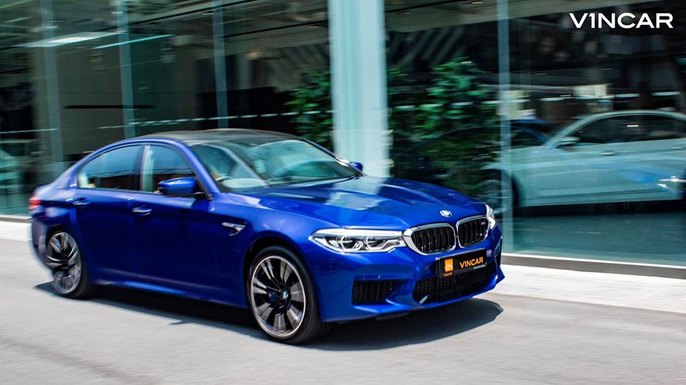 Experience the bahn-storming BMW M5! Let's VROOM!