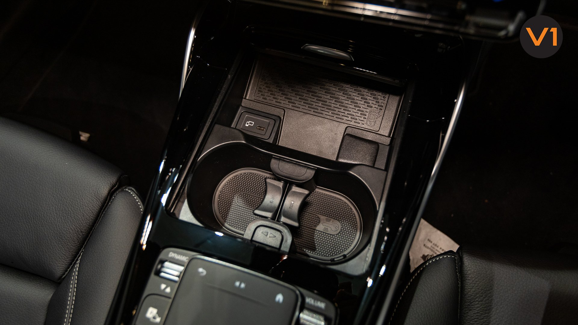 Mercedes-AMG CLA35 Coupe AMG 4Matic Premium Plus - Cup holder
