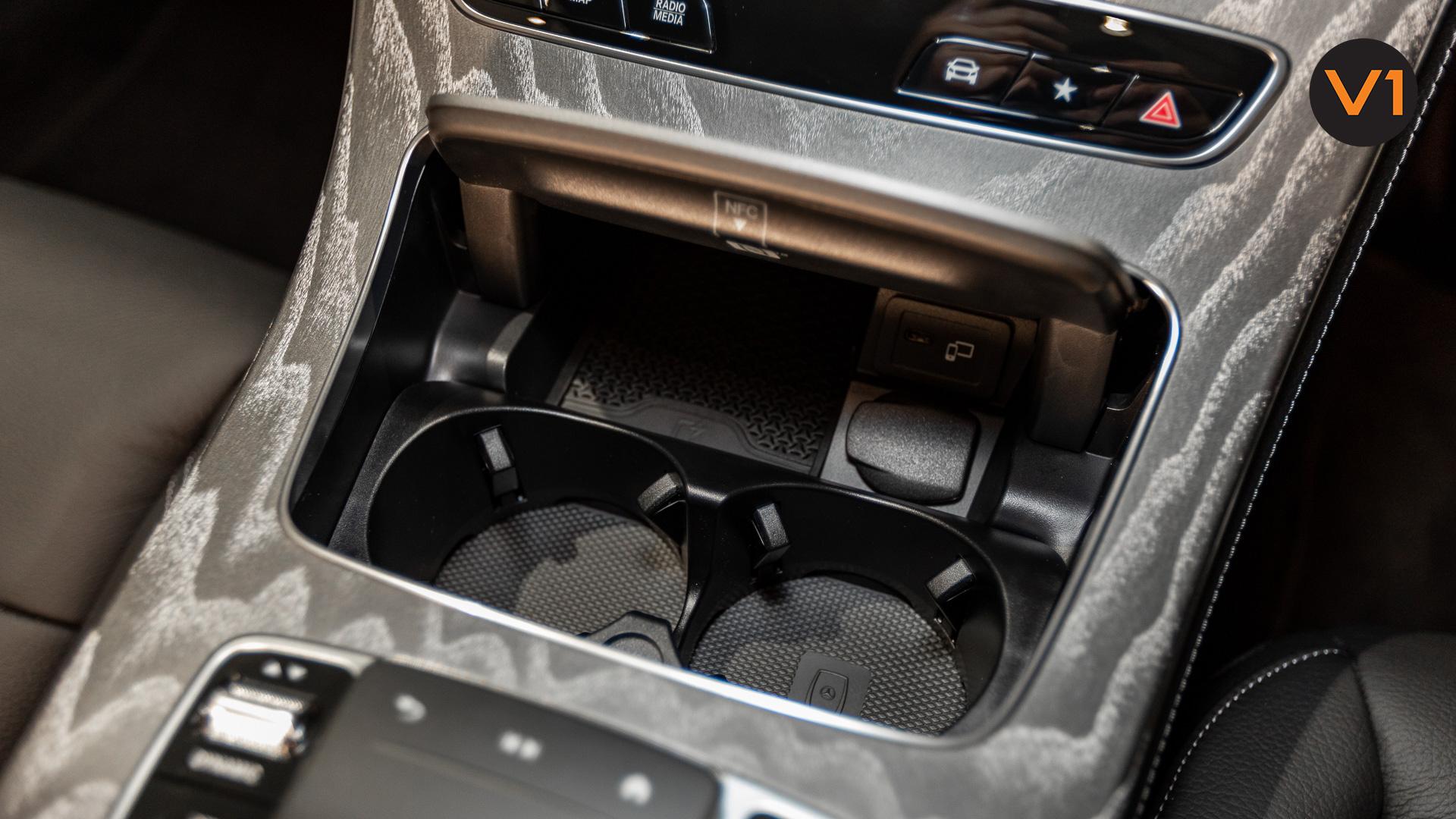 Mercedes-Benz E220d Saloon AMG Line Night Edition Premium Plus (FL2021) - Cupholder