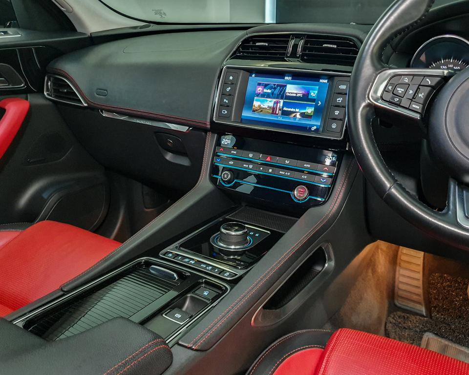 2017 Jaguar F-PACE Diesel 2.0A R-Sport - Centre Console