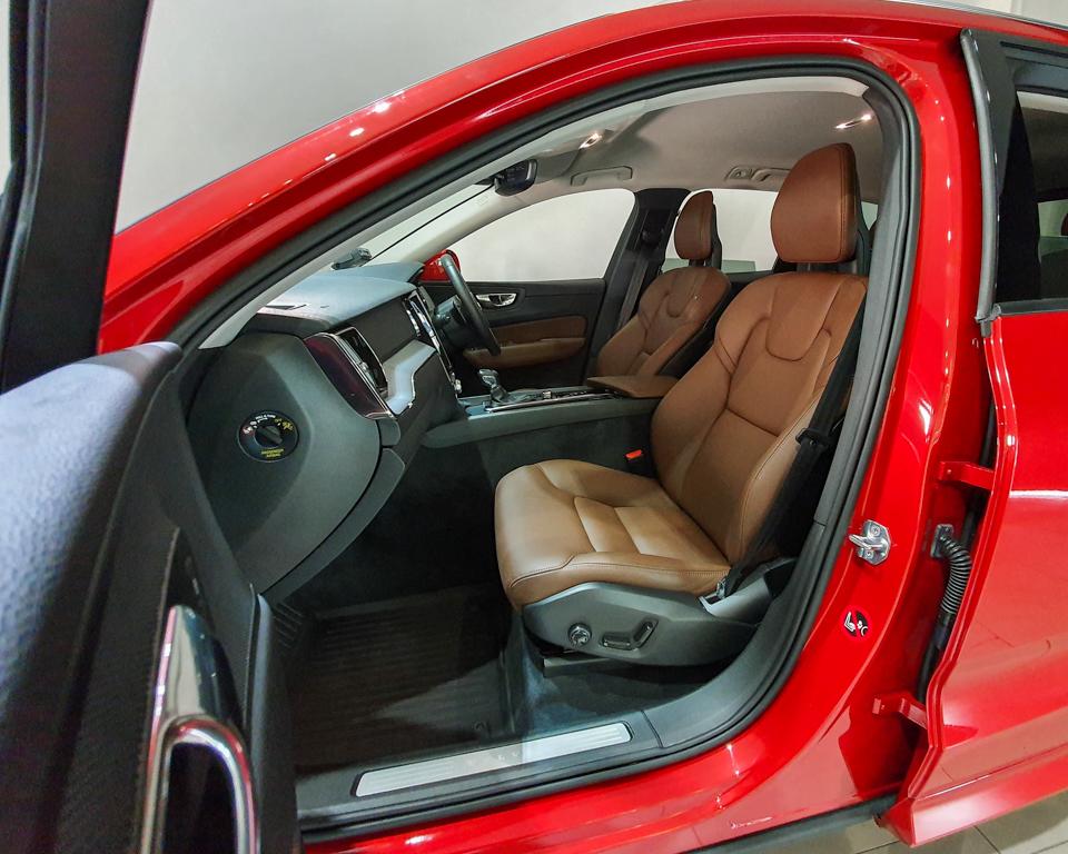 2017 Volvo XC60 T5 Momentum - Front Passenger