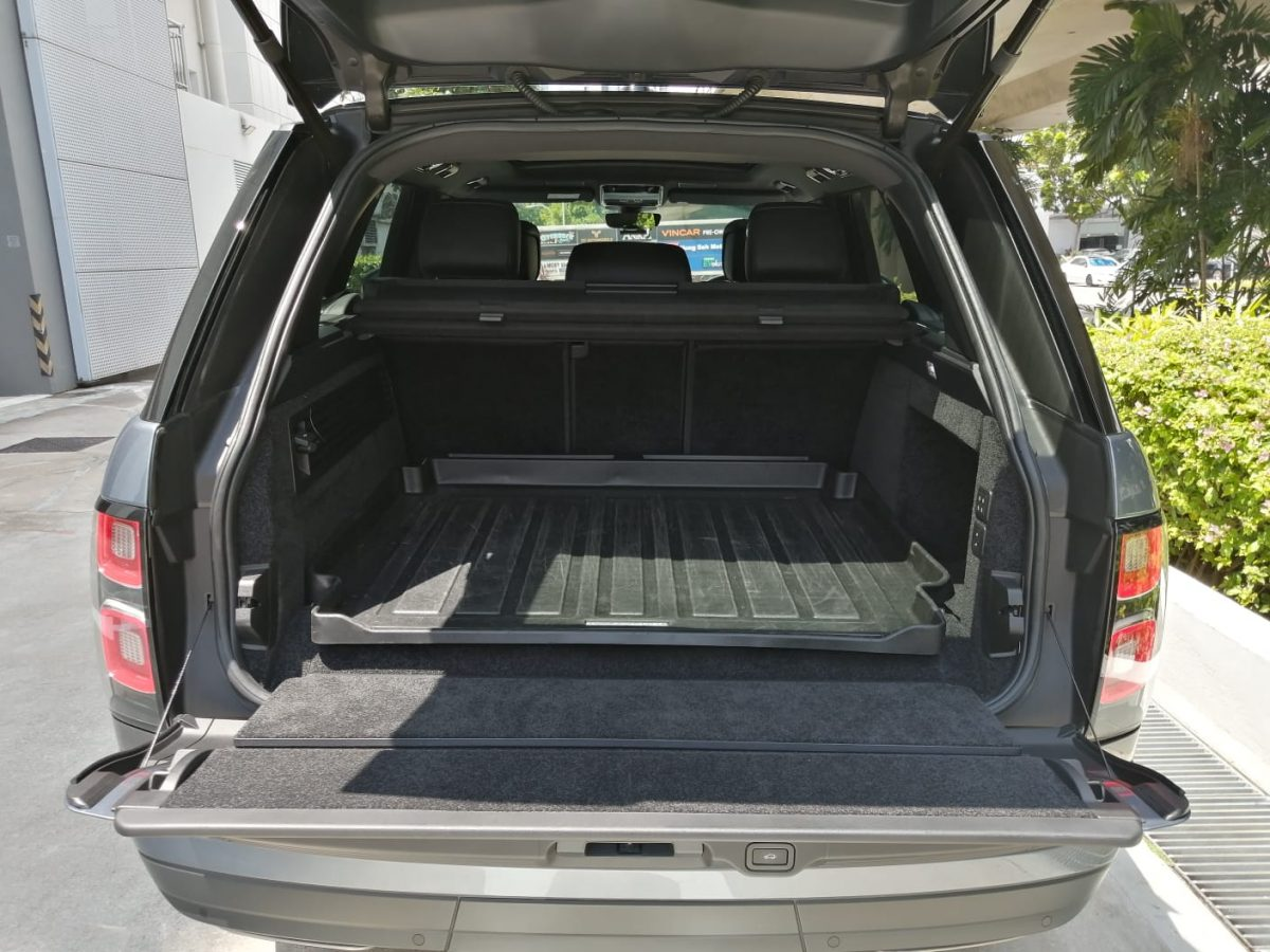 2020 Land Rover Range Rover Plug-in Hybrid 2.0A P400e PHEV - Boot Space